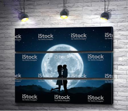 Влюбленные на фоне Луны