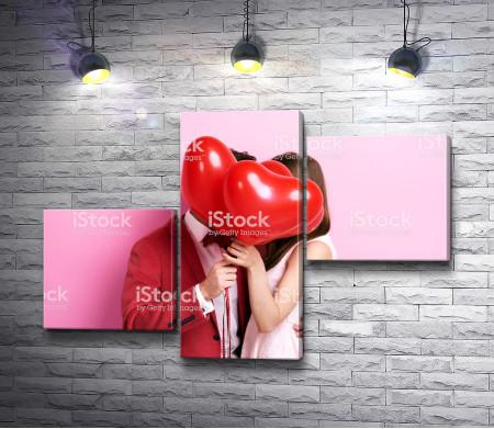 Влюбленные целуются за шариками