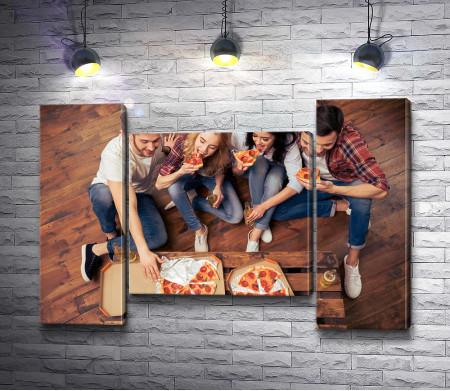 Компания друзей ест пиццу