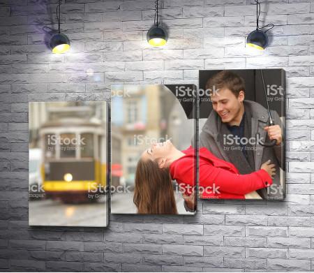 Счастливые парень с девушкой под зонтом