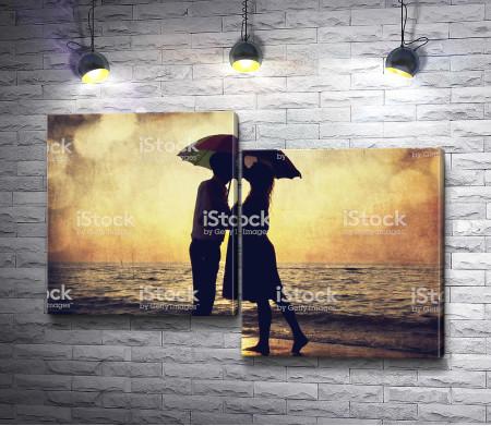 Влюбленные под зонтом во время заката