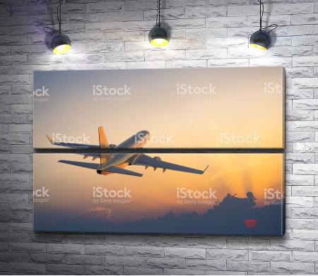 Самолет взлетает в закат