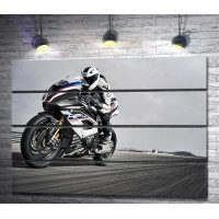 Байкер на новом BMW HP4 Race