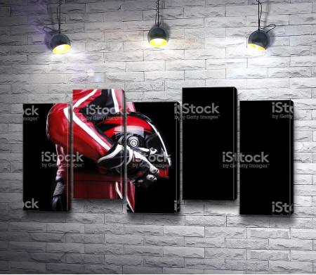 Мотогонщик со шлемом в руках