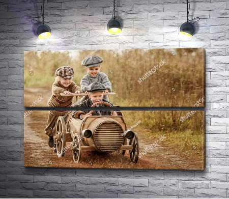 Дети играют с машиной из дерева