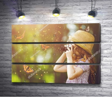 Девочка фотографирует бабочек