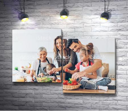 Дружная семья вместе готовит обед