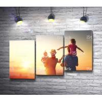 Родители и дети смотрят на закат