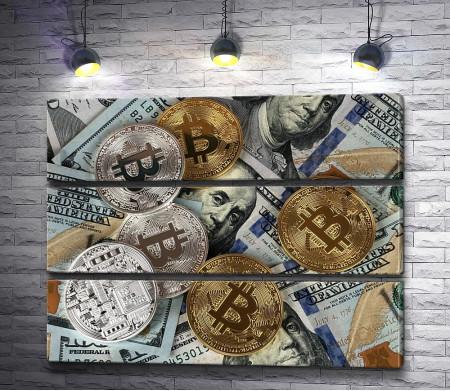 Монеты биткоина на долларовых купюрах