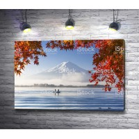 Озеро с видом на заснеженную гору