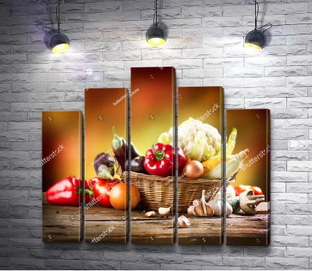 Свежие овощи в плетеной корзинке