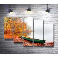 Лодка на берегу осеннего леса