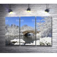 Каменный мост в зимнем парке