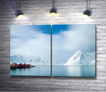 Домики среди зимних гор