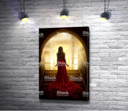 Девушка в элегантном красном платье