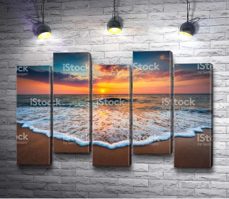 Морской прилив во время заката