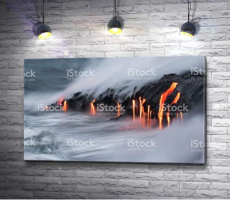 Потоки лавы стекают в океан
