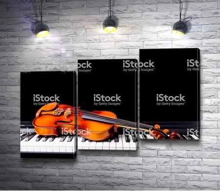 Скрипка лежит на пианино