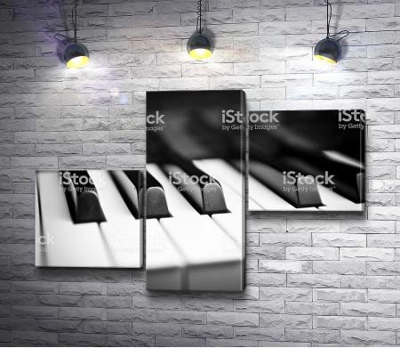 Клавиши пианино в фокусе