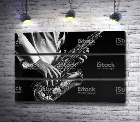 Саксофон в руках у музыканта