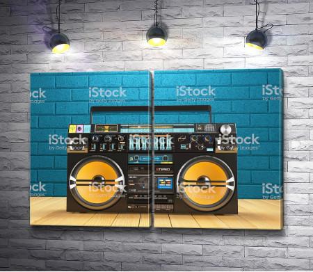 Магнитофон на фоне синей стены