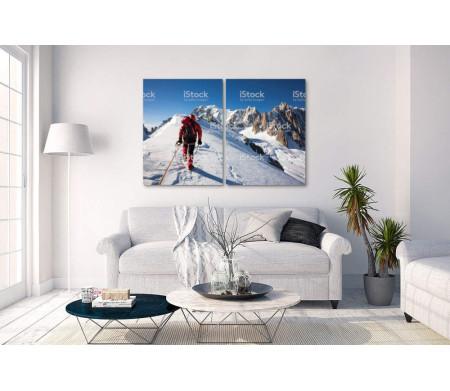 Альпинист всходит на вершину горы