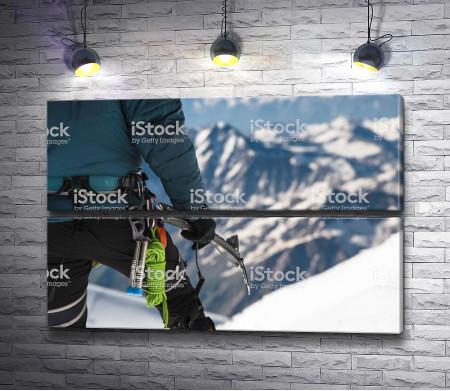 Альпинист на горе