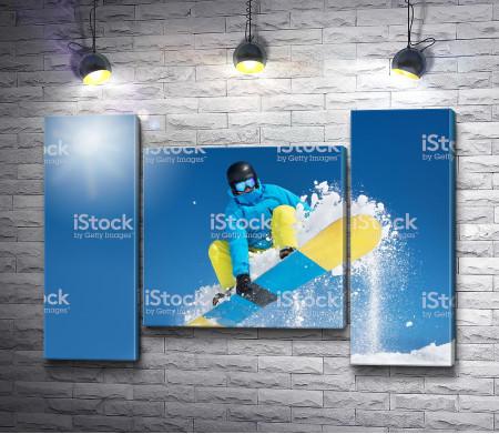 Сноубордист во время прыжка