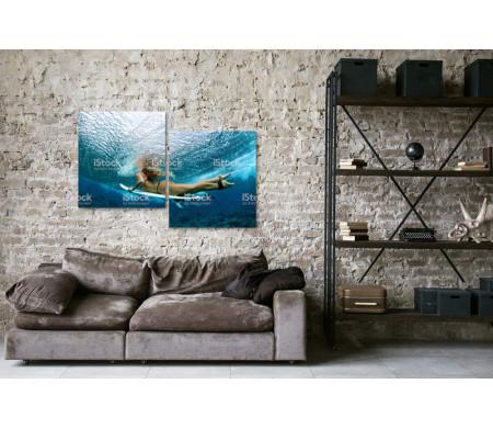 Девушка серфингистка ныряет