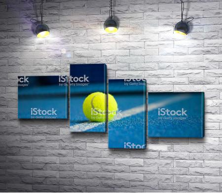 Теннисный мяч на синем корте
