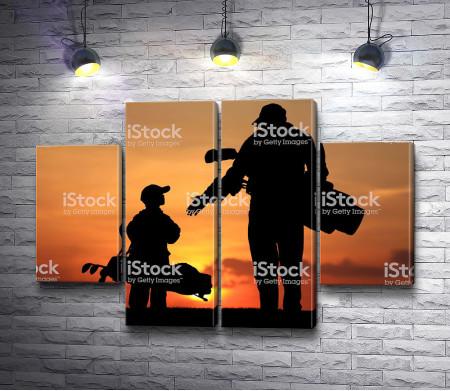 Папа и сын перед игрой в гольф на закате