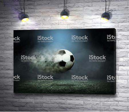 Футбольный мяч после удара об землю