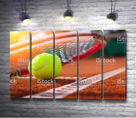 Мяч на теннисном корте