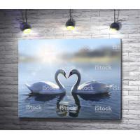 Сердце между двумя лебедями