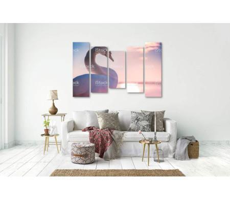 Лебедь на фоне розового заката