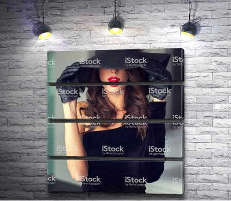 Девушка в черном платье и шляпе