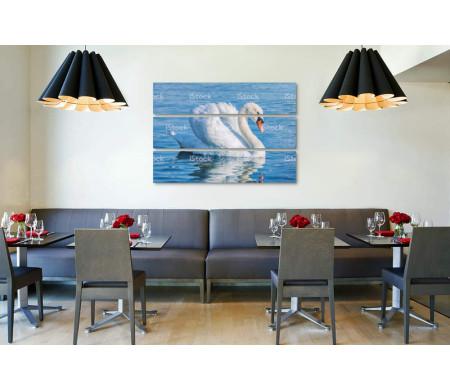 Лебедь на голубом озере