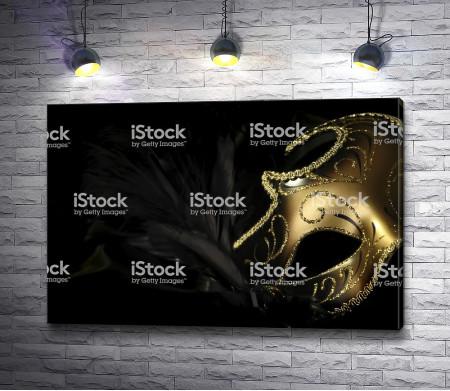 Золотая маска на черной шали