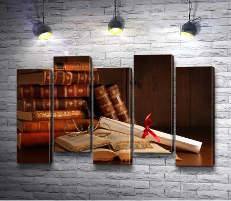 Книги и свиток
