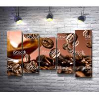 Свежеобжаренные кофейные зерна