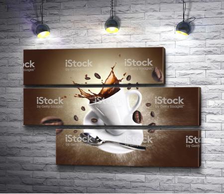 Чашка с разлитым кофе и зерном