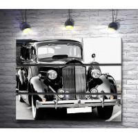 Черно-белый ретро-автомобиль