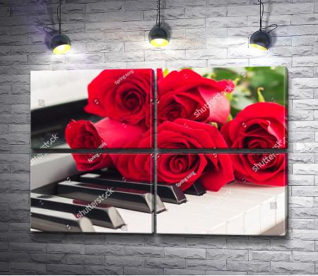 Букет роз на пианино