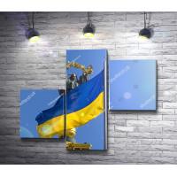 Флаг Украины на фоне памятника Независимости, Киев
