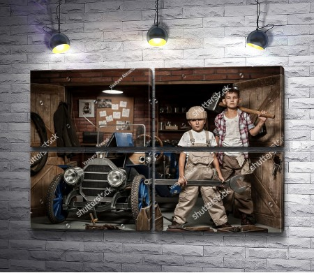 Мальчишки-механики у ретро-автомобиля