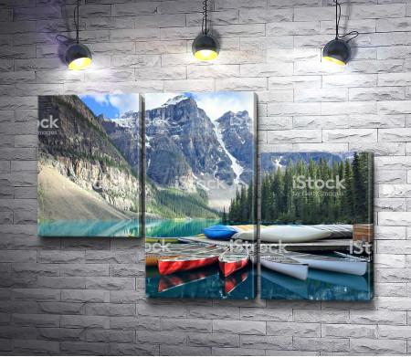 Лодки на берегу горного озера