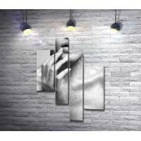 Девушка в серебряных блестках, черно-белое фото