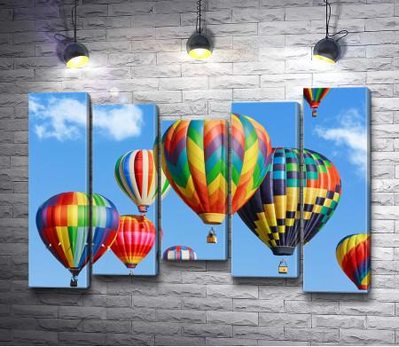Красочные воздушные шары в небе