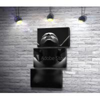Девушка с оголенной грудью, черно-белое фото