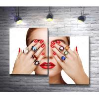Девушка с кольцами на пальцах